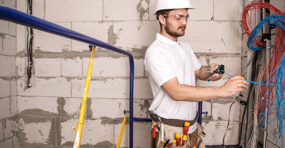 Bestil vores elektriker Rødovre i god tid og få rabat - På billeder arbejder en af vores elektrikere