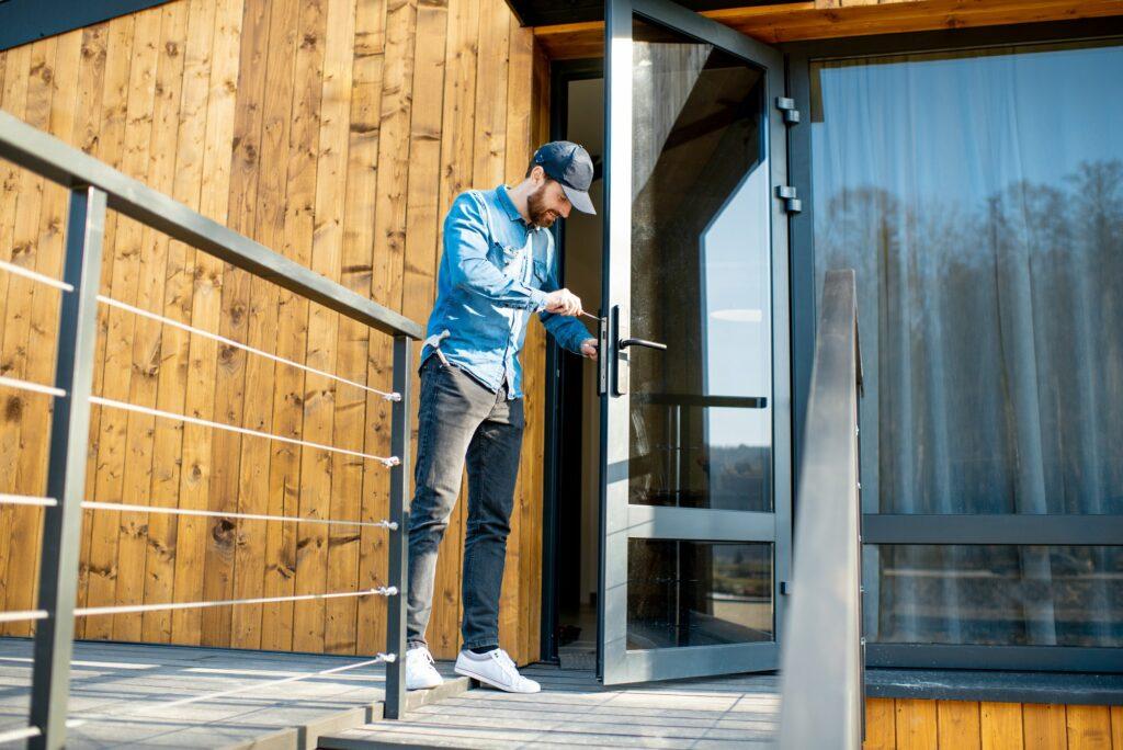Lokal låsesmed på Vesterbro monteret en låse i dør