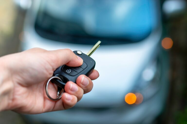 Bildør kan ikke låses op - Læs her om oplåsning af bildør og hvad du skal gøre hvis du har låst dig ude af bilen - vores hurtige trin-for-trin guide