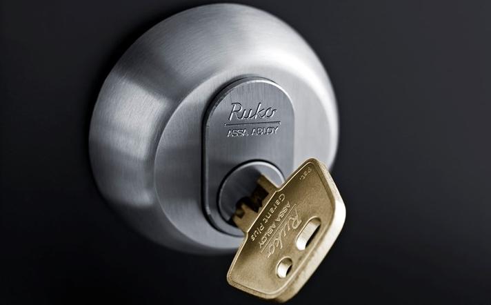 Ekstra lås som på billedet, gør dit hjem mere modstandsdygtigt over for indbrud