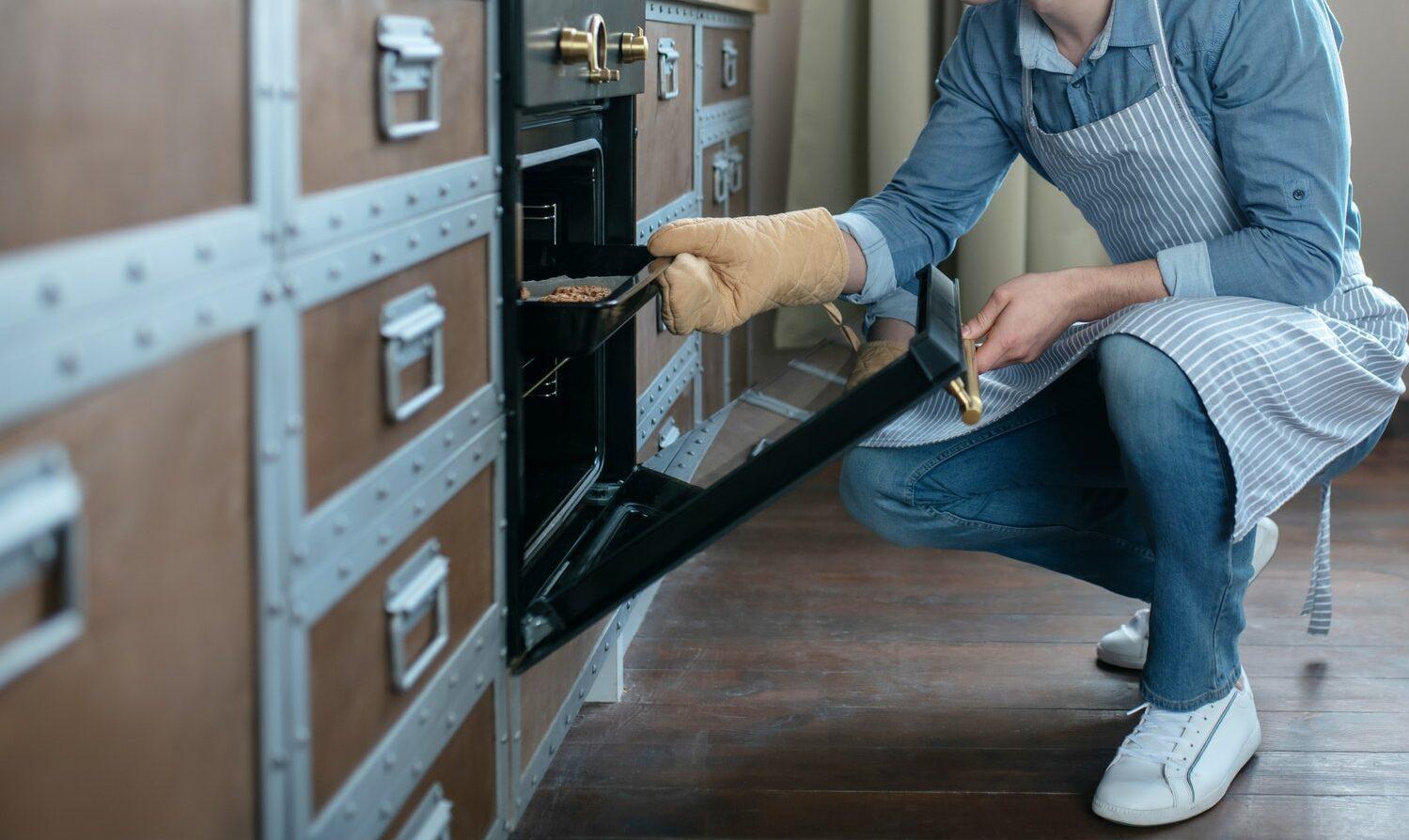 Hvorfor sker en kortslutning afkomfur eller ovn? Læs her hvis din ovn, dine kogeplader eller komfur kortsluttes - Ring til en autoriseret elektriker