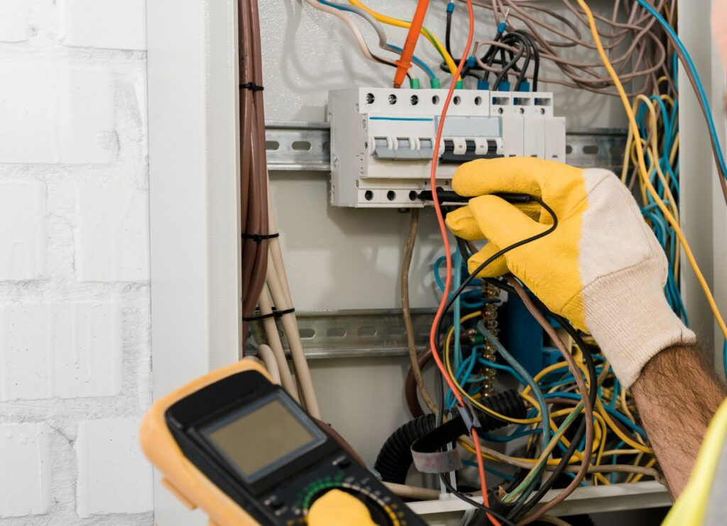 Akut elektriker - Læs vores artikel om når du skal kontakte en akut elektriker og når det kan vente. Sådan ved du om du har brug for en elektriker akut