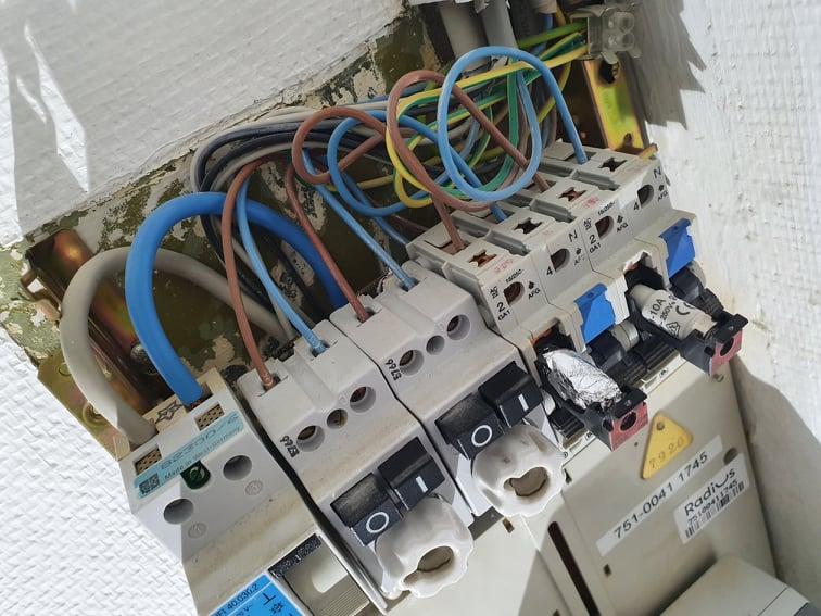 Hvis du finder en sådan sikring kontakt en akut elektriker og skift ikke sikring selv.