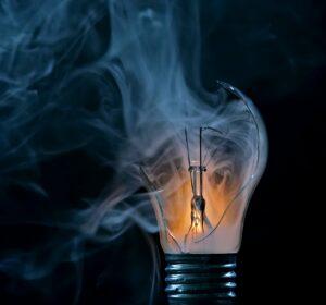 Pære bliver ved med at springe - æv det er irriterende, her er svarene på hvorfor LED eller glødpære går i stykker