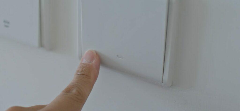 Ingen strøm i dele af huset eller i et værelse, er der ingen strøm i hele huset, hvis så er tilfældet er der nok ikke en lokal fejl, få mere info her →